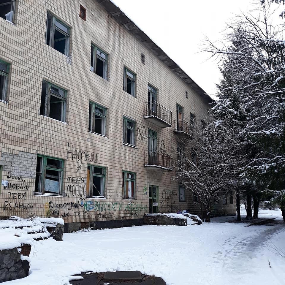 Здание, расположенное в центре микрорайона, уже много лет приходит в негодность
