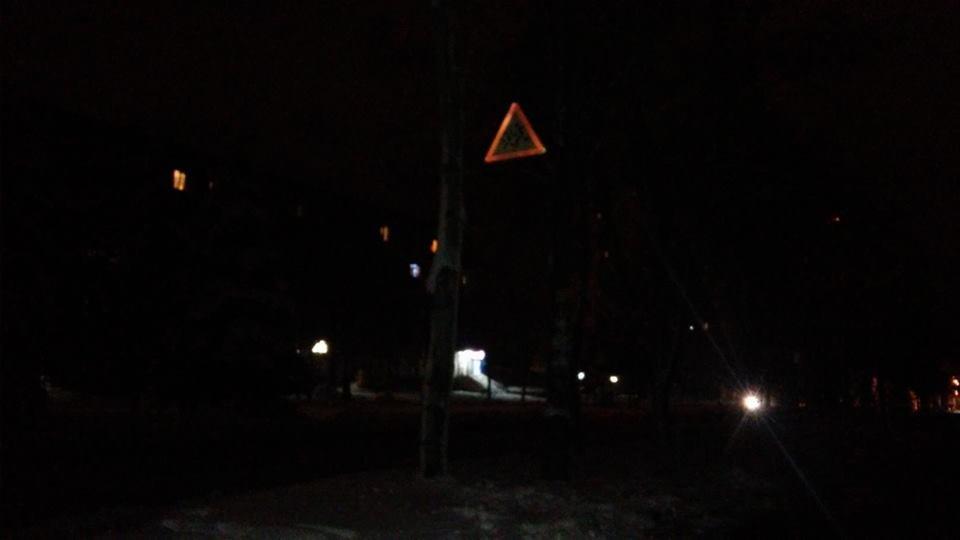 В месте пешеходного перехода возле школы освещения нет совсем