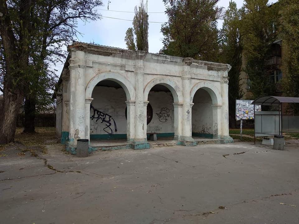 Здание остановки находилось в аренде и давно требовало ремонта