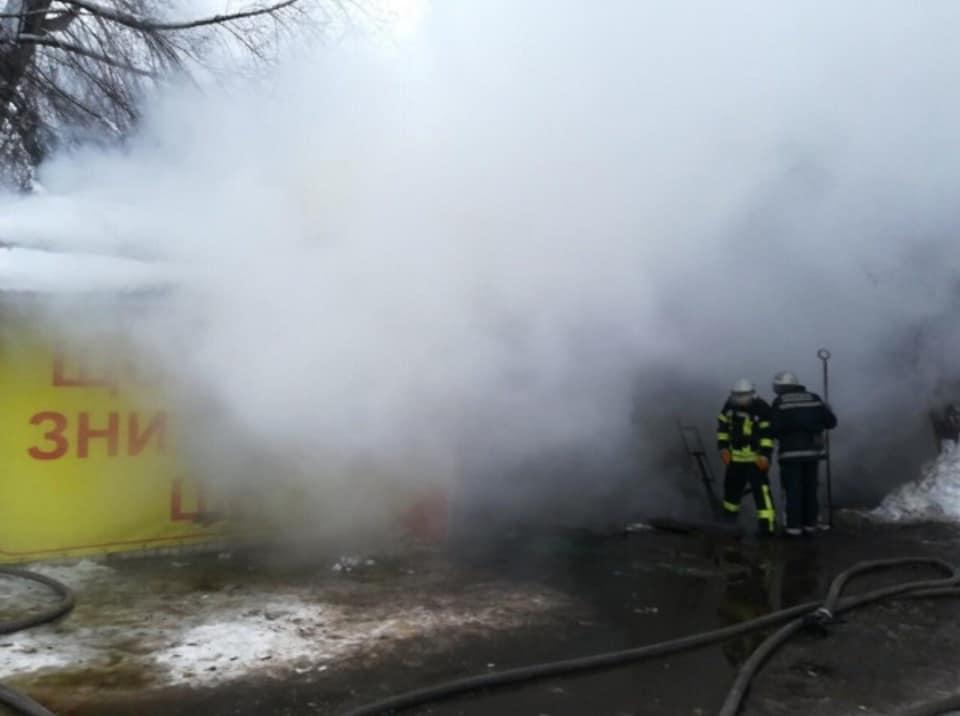 К тушению пожара привлечены 15 человек личного состава и 3 единицы пожарно-спасательной техники