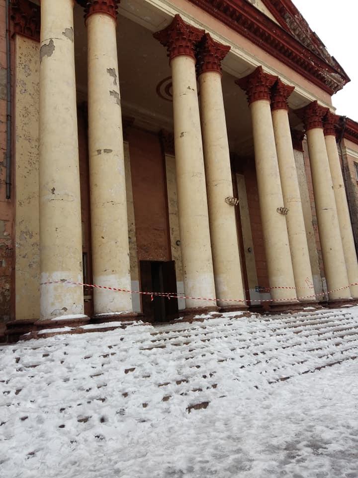 Аварийное здание, некогда служившее культурным центром,  в 2013 году хотели продать за 3 миллиона, но покупатель так и не нашелся