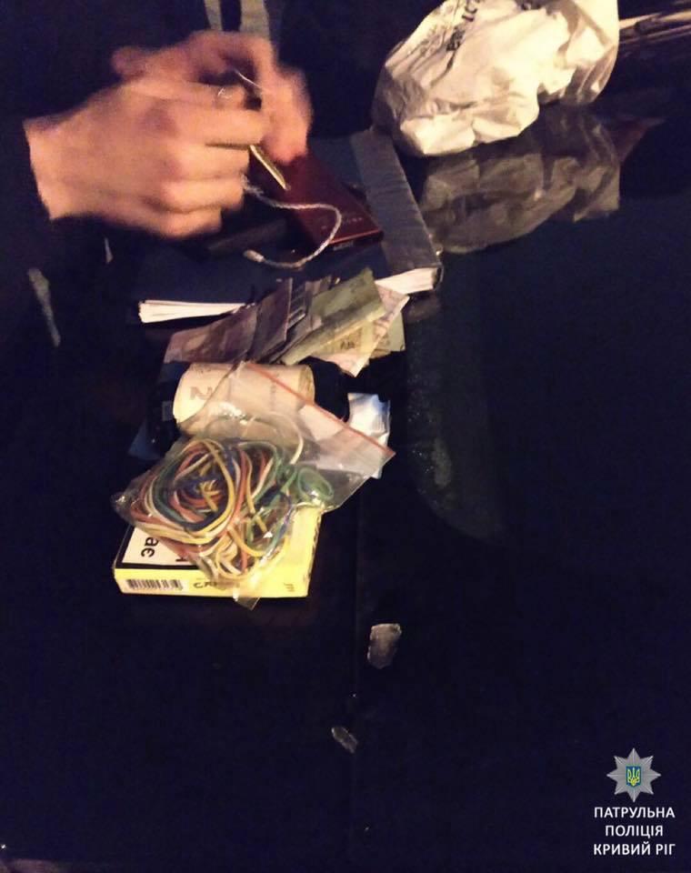 Досмотр вероятного продавца наркотиков закончился изъятием материалов и отправкой их на экспертизу