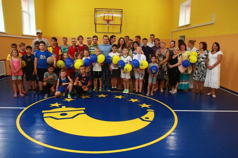 Обновленный спортивный зал школы №69 и синий пол, который послужил причиной депутатских разборок