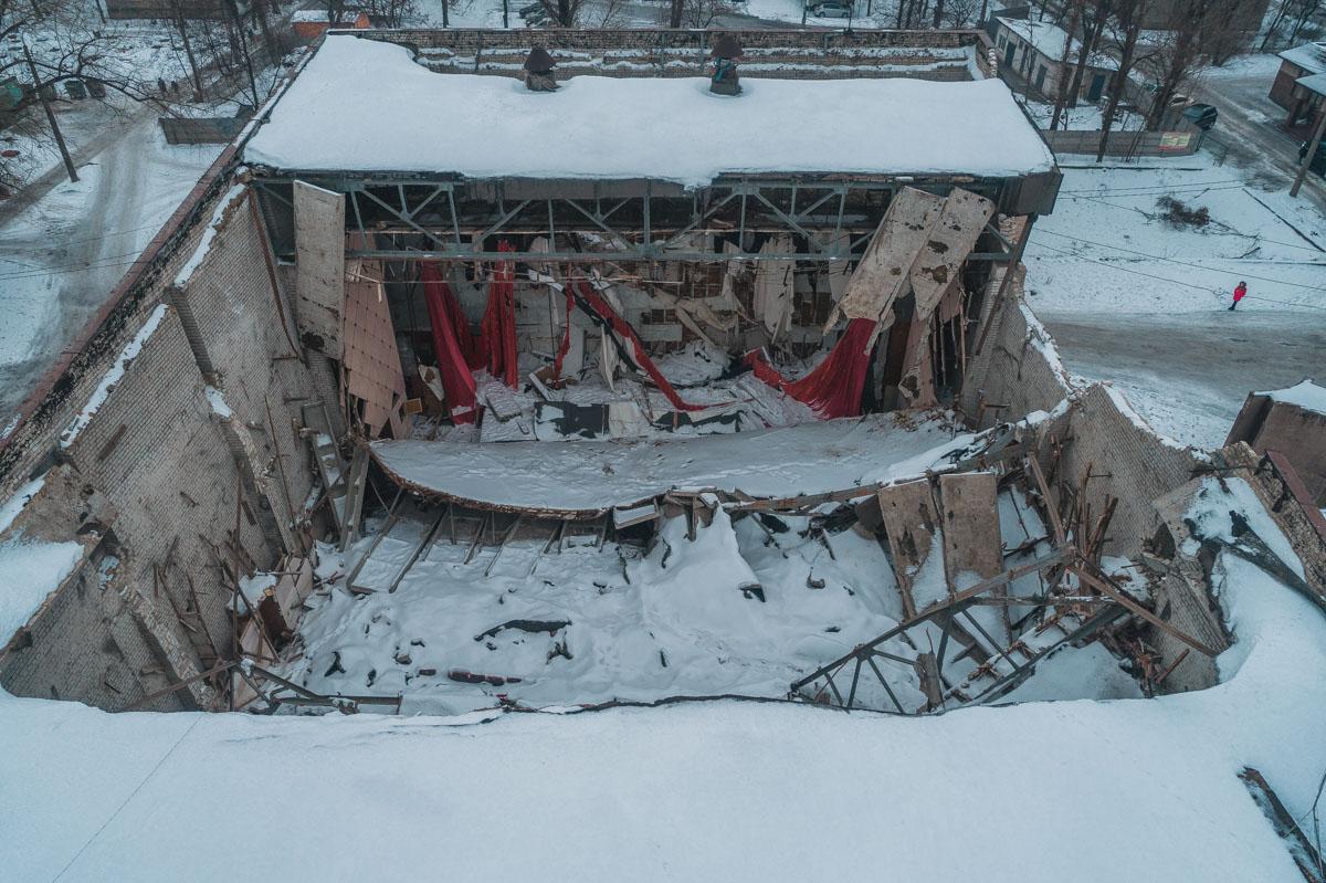 Обломки крыши над зрительным залом кинотеатра «Современик»
