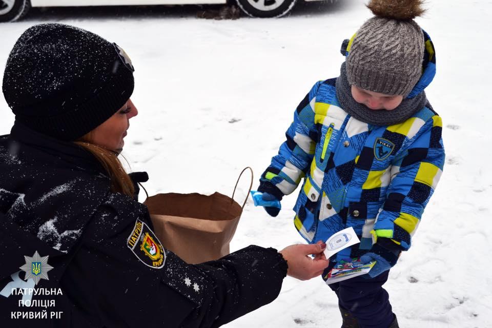 Каждого ребенка ждал маленький рождественский подарок от полицейских
