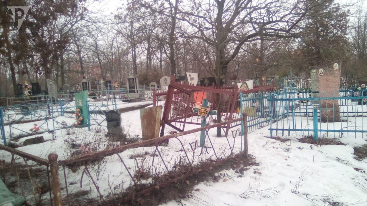 Вандалы разрушили 8 могил, вытянул из них металлические конструкции