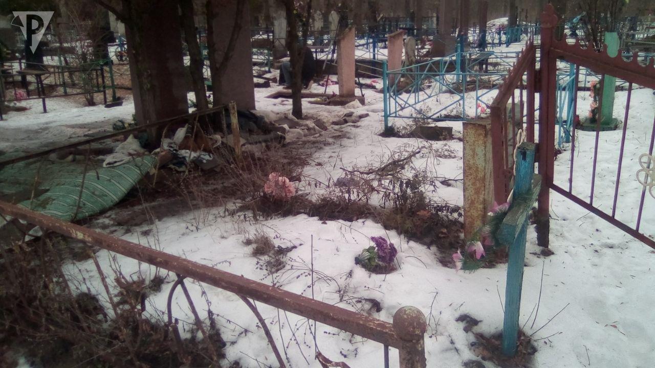 Разрушенные вандалами могилы