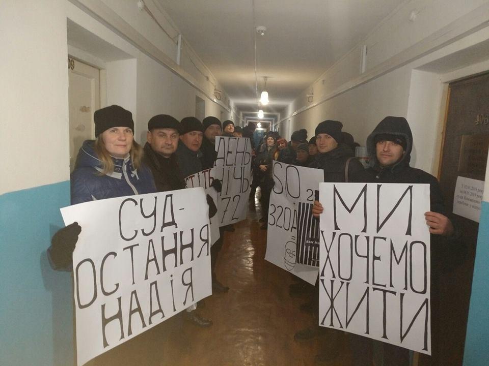 Пикетчики в здании Терновского суда