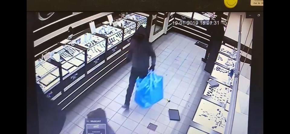 Фирменные синие сумки, в которые грабители складывали ювелирку, стали ориентиром для полиции
