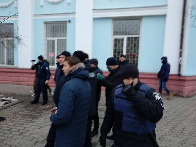 Инцидет с зеленкой произошел на площади перед ДК «Софит»