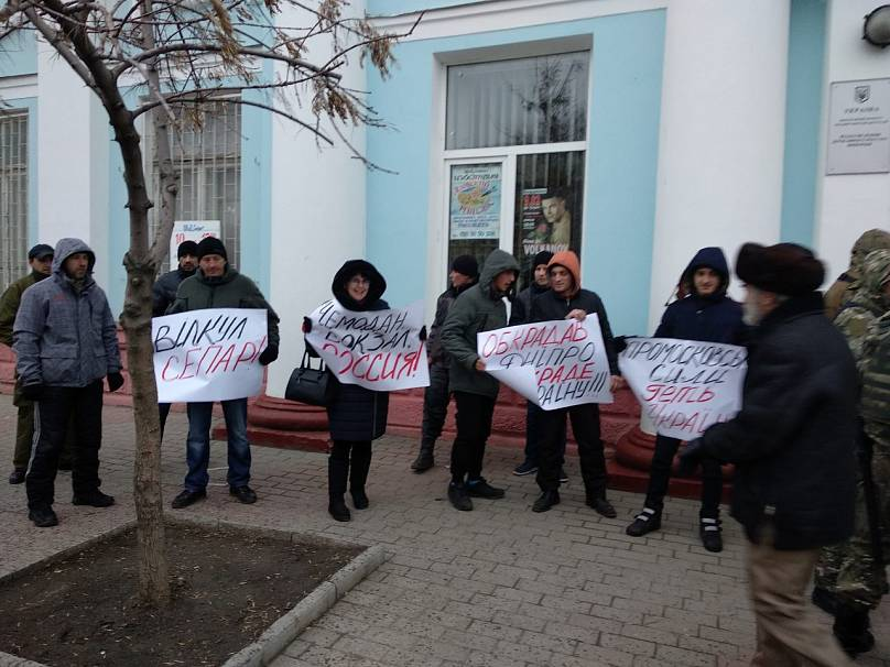 Активисты вышли не только с плакатами, но и припасли для Вилкула зеленку