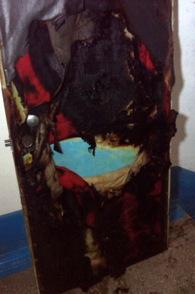 Огнем повреждены входные деревянные двери внутри квартиры