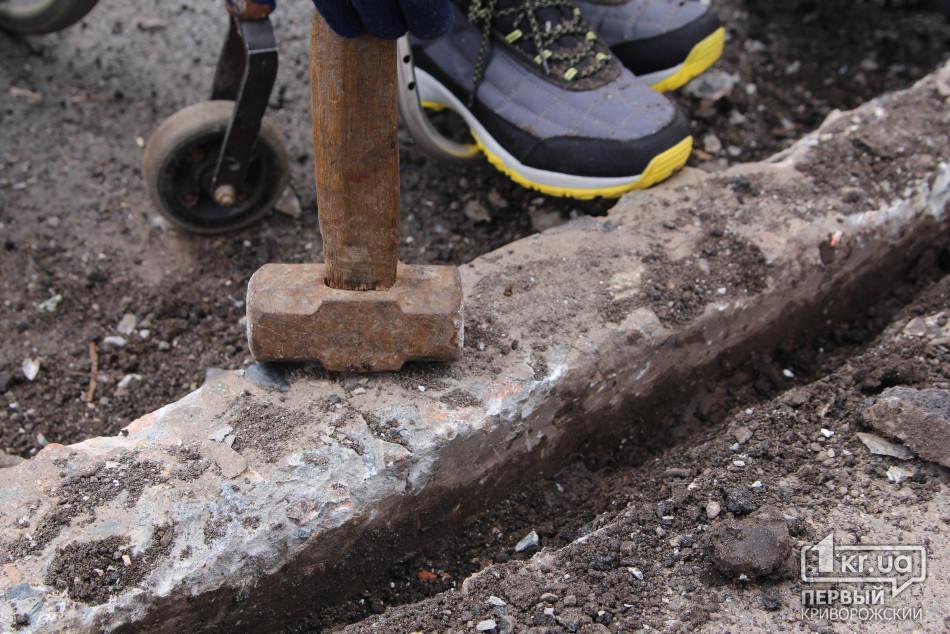 Молоток, которым сровняли бордюр с уровнем дороги. Фото 1 KR