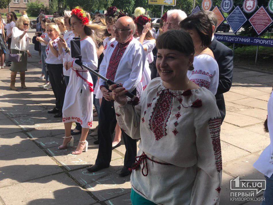 Студенты и педагоги вышли на флешмоб ко Дню вышиванки