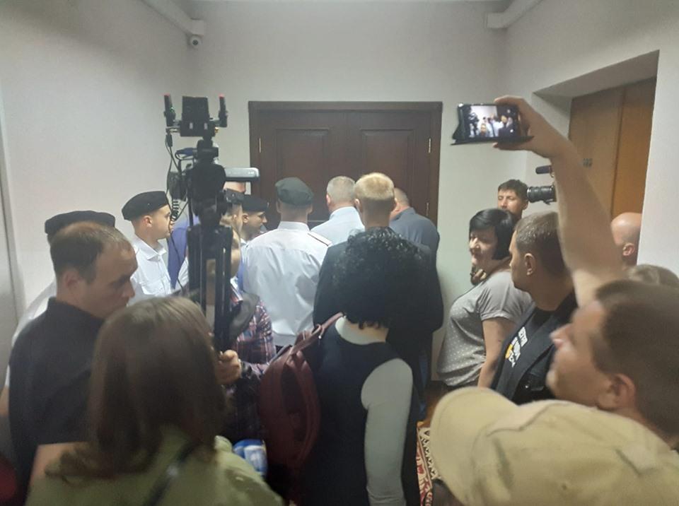 Перед запертыми дверьми кабинета городского головы Ю. Вилкула