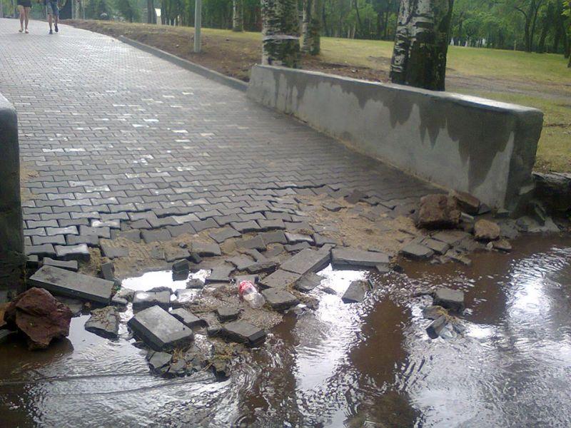 В Кривом Роге недавно отремонтированную аллею смыло дождем после празднования ЕвроФеста
