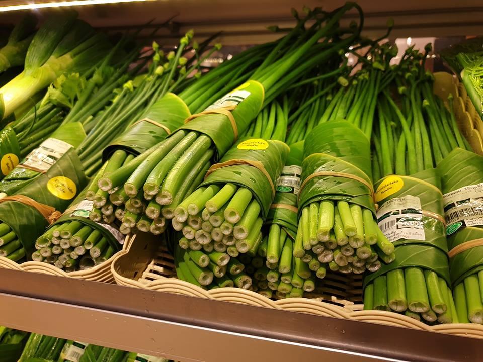 Свежая зелень в банановых листях вместо полиэтилена