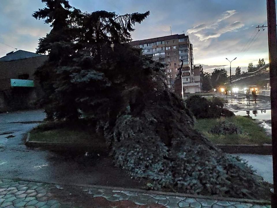 Елку возле Современника постигла участь рядом стоящего кинотеатра