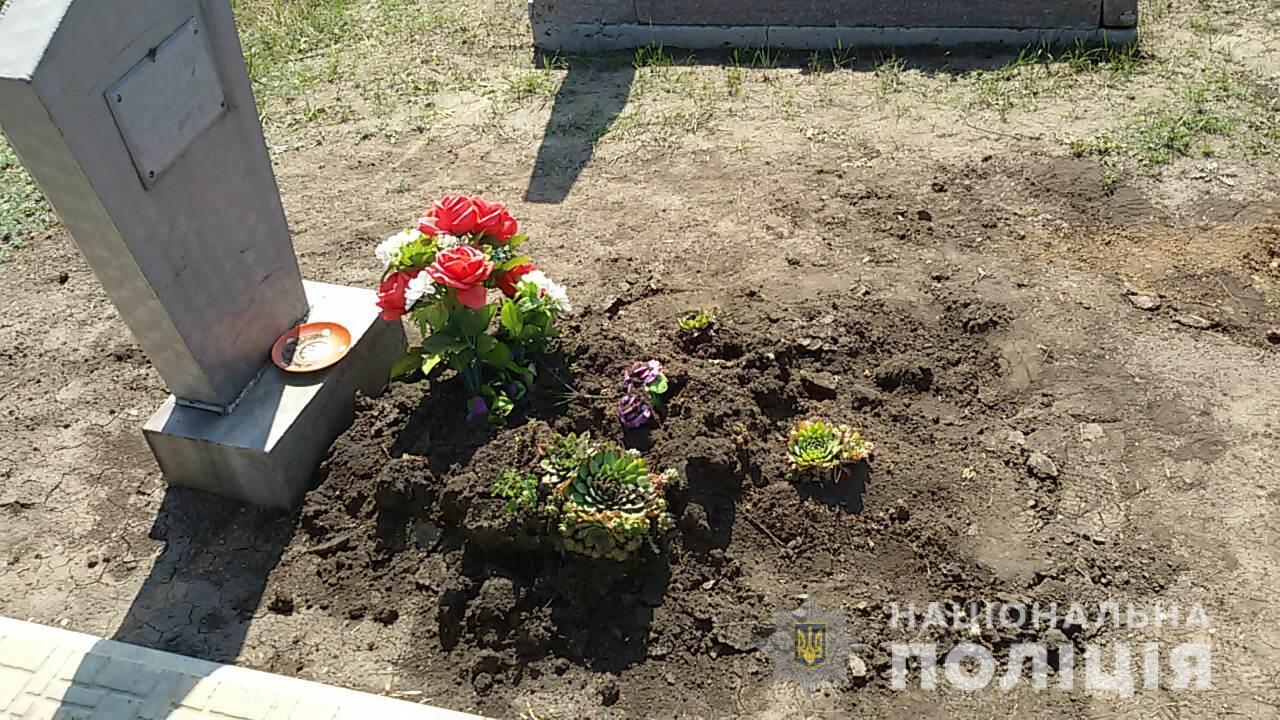 Злоумышленник разрушил места захоронения, перевернул памятники, похитил и вывез все металлические конструкции
