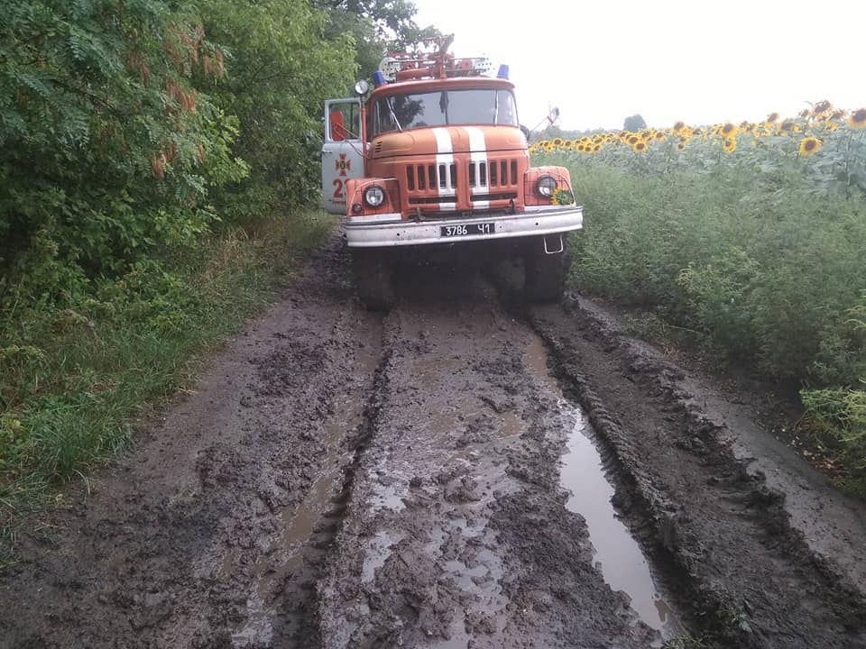 Машина спасателей никакой грязи не боится
