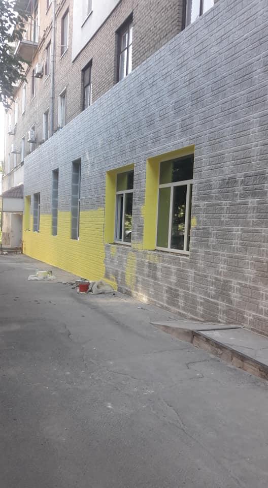 Основной тон уже наносят на фасад школы. Далее нанесут рисунок. Какой, узнаем очень скоро
