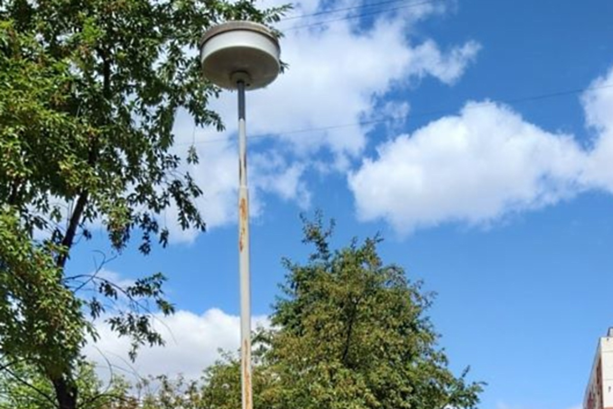 Вот такие симпатичные светильники-шапочки стояли на Маукулане до недавнего времени.