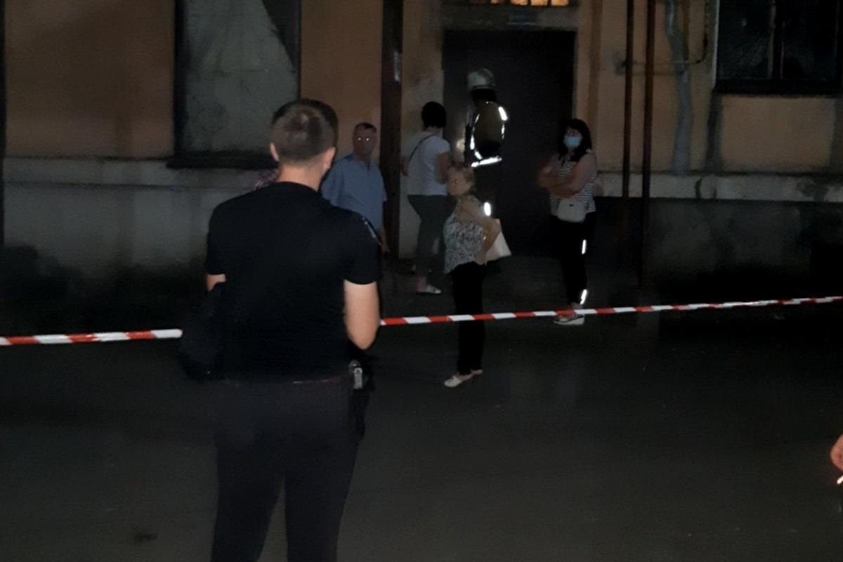Жильцы дома по улице Ивана Сирка ночью вышли на улицу, опасаясь за свои жизни.