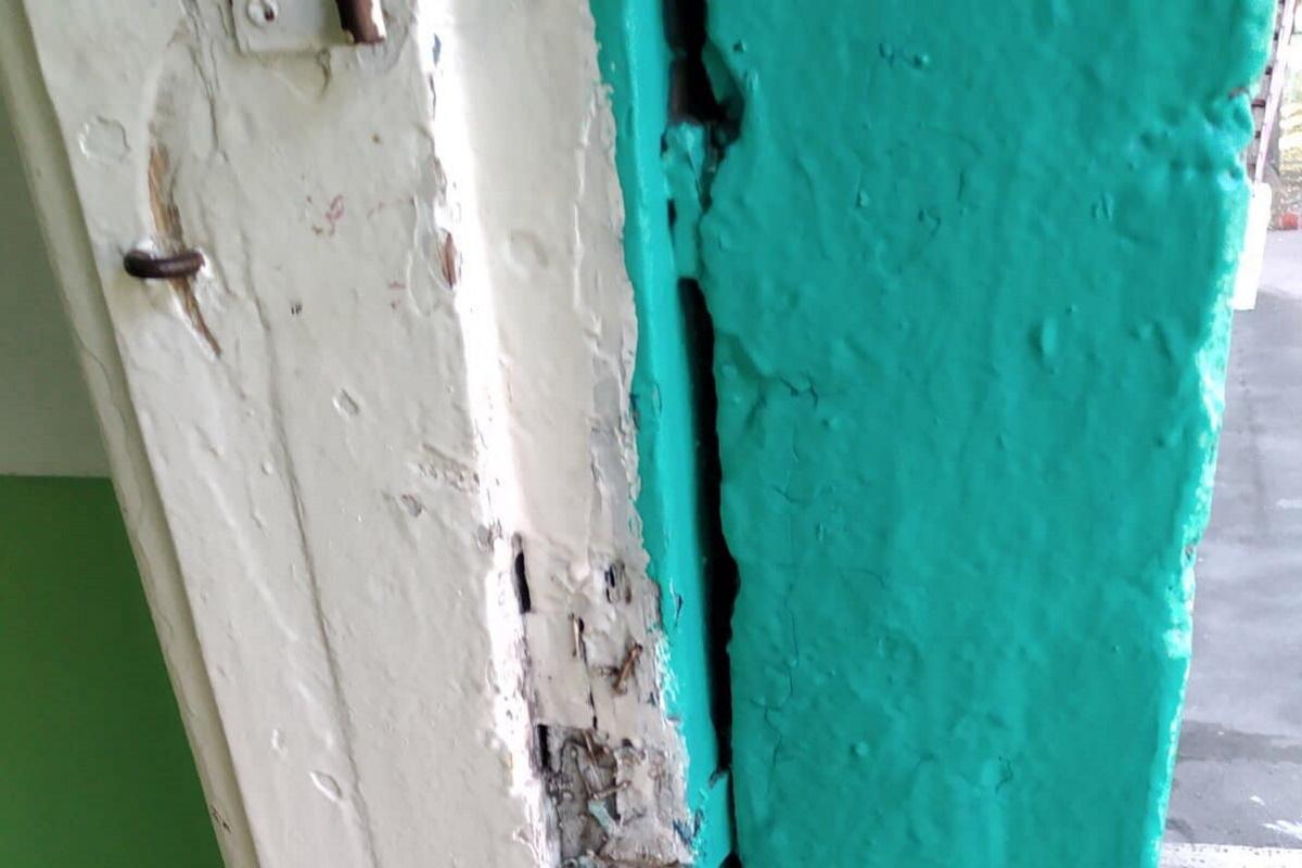Двери старые. дует изо всех щелей.