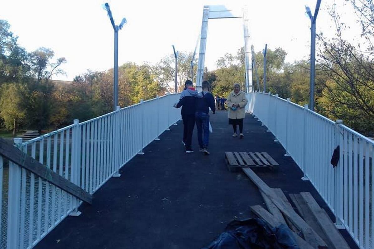 Люди пользуются мостом, не дожидаясь официального открытия.