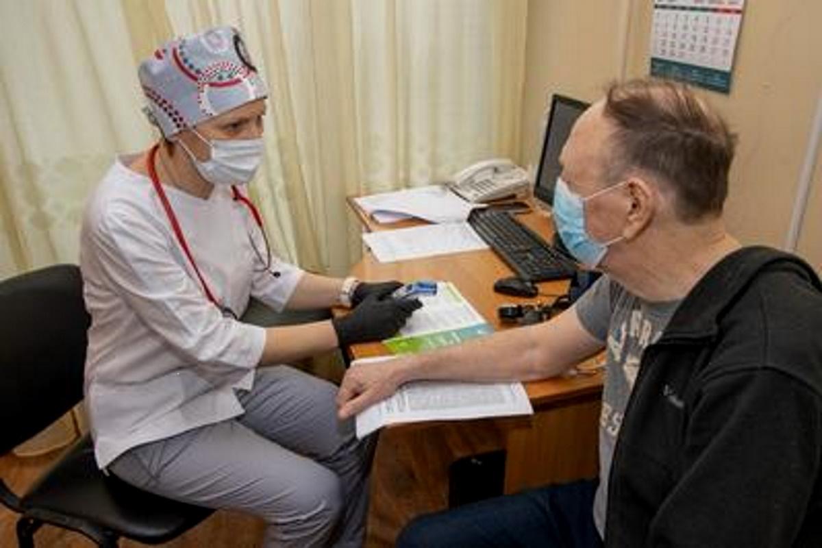Прививки проводят медики специально обученной мобильной бригады. Сначала врач осматривает пациента. Если не выявляет противопоказаний – медсестра в соседней комнате вводит вакцину.