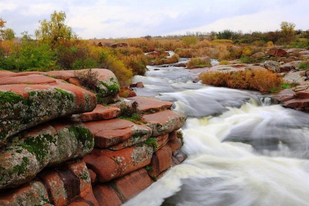 Красные камни водопада.