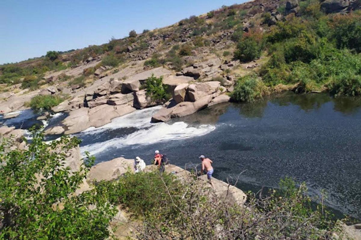 Туристам на водопаде есть чем полюбоваться.