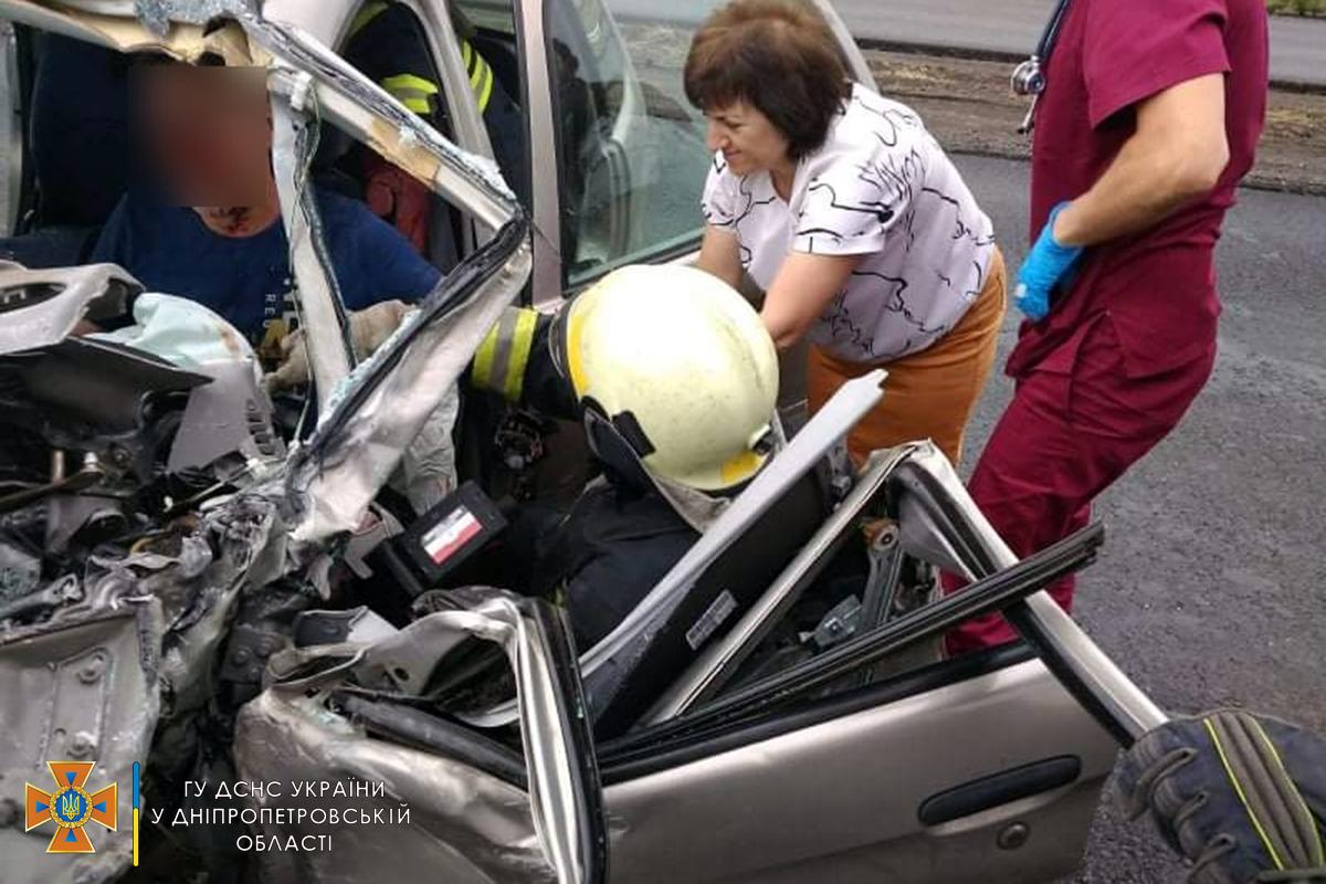 Сотрудники ГСЧС с помощью аварийно-спасательного оборудования деблокировали водителя и пассажиров.