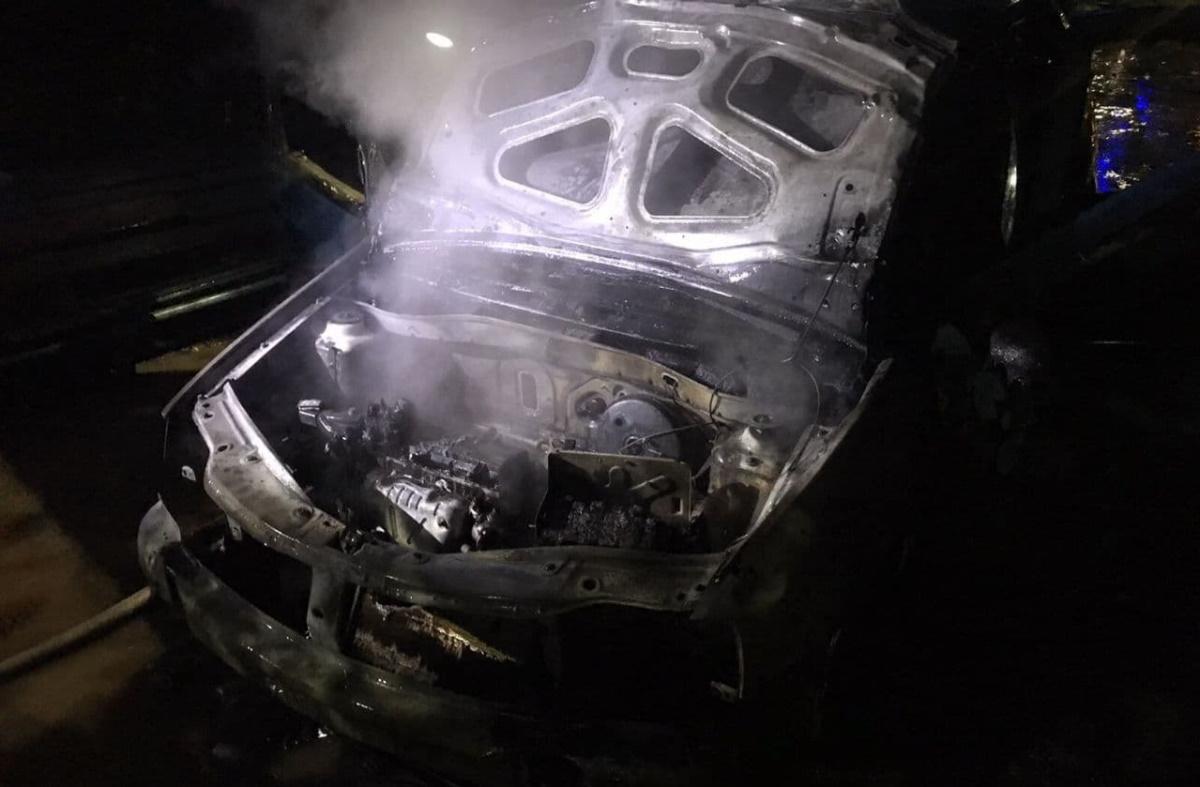 Огонь повредил моторный отсек и частичного салон.