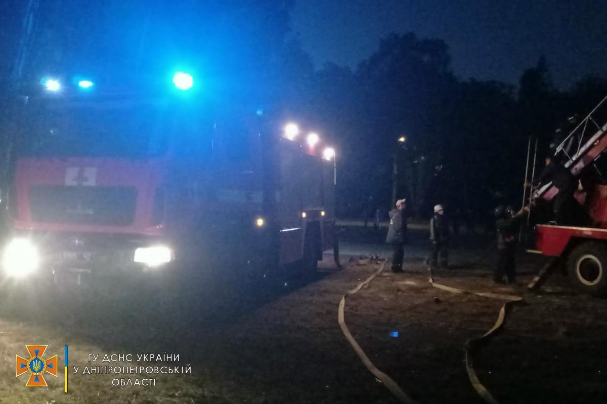 """Пожарные установили, что возгорание возникло на крыше неэксплуатируемого трехэтажного здания бывшего дворца культуры """"Коксохимик""""."""