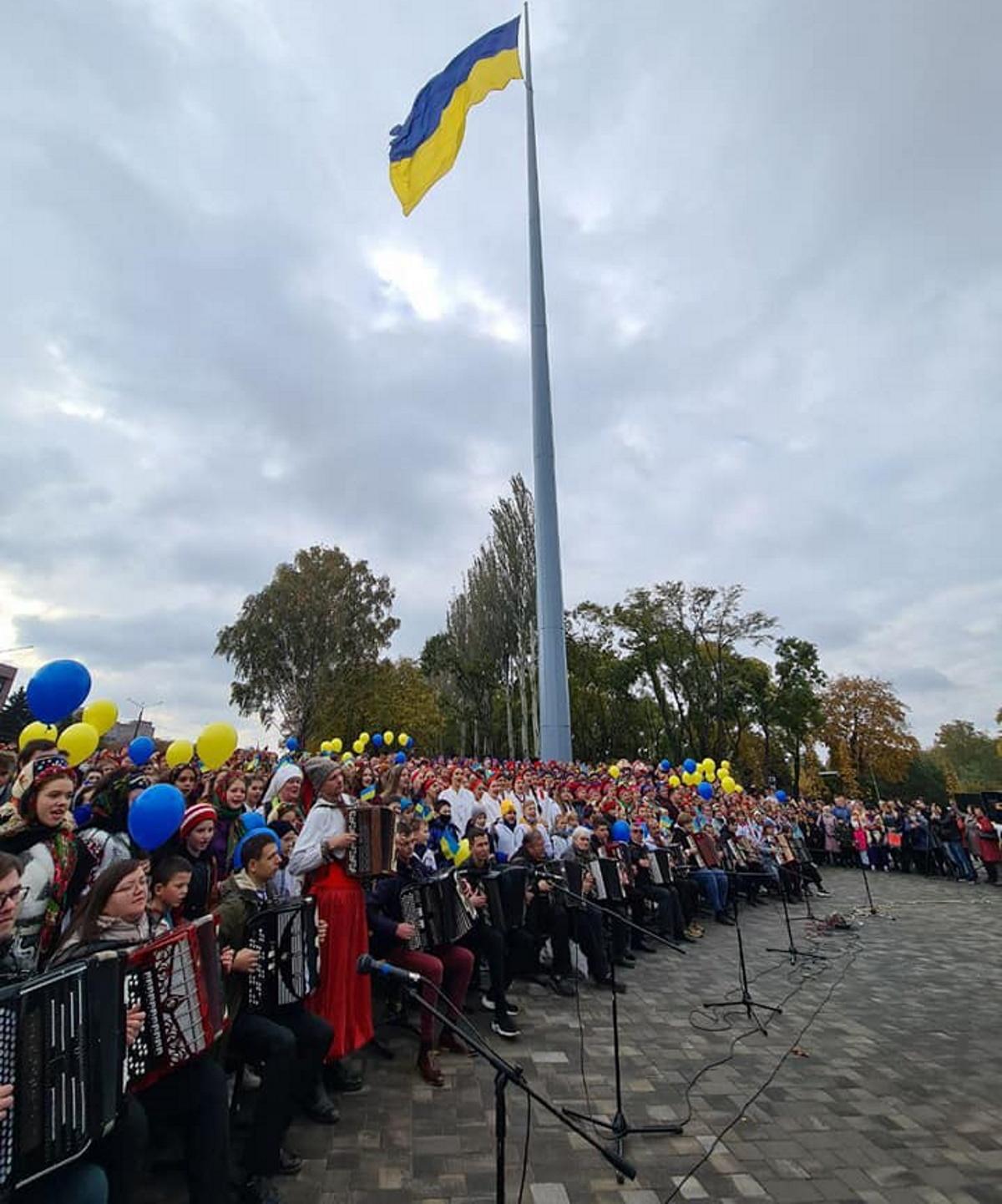 Для установки рекорда участники собрались в парке Героев возле флагштока.